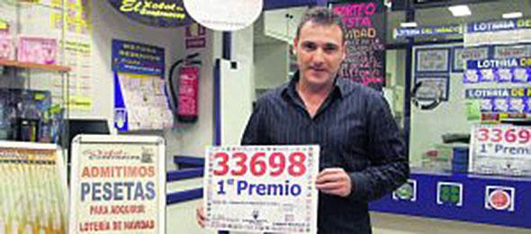Nuestro compañero Maxi, presidente de la Asociación de Gijón, dio el primer premio de la Lotería Nacional del sábado.