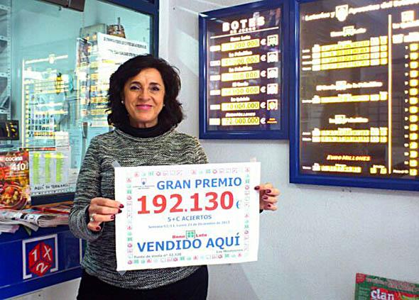 Ofelia de la Asociación de Alicante da un premio de La Bono Loto.