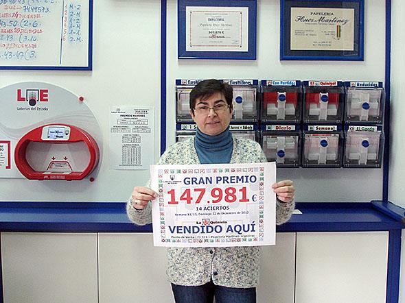 Inmaculada Martínez, de la Asociación de Cádiz, da un premio en La Quiniela